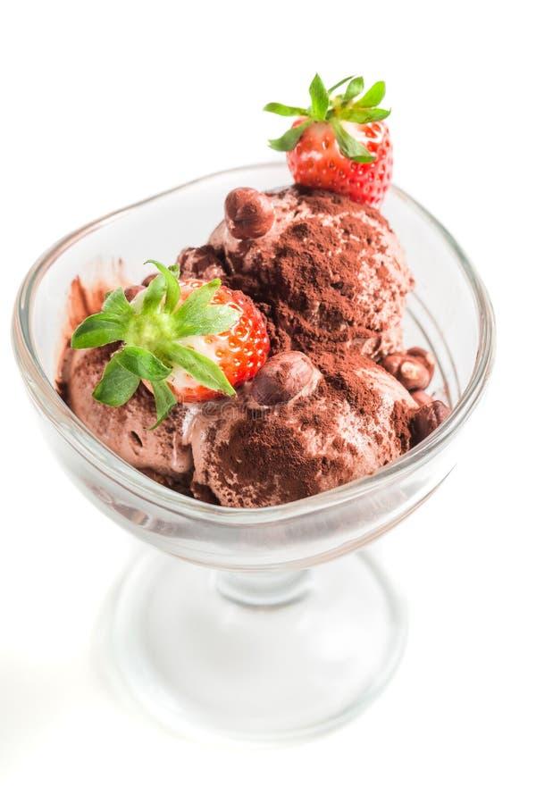 Smakelijk chocoladeroomijs met aardbei stock afbeeldingen