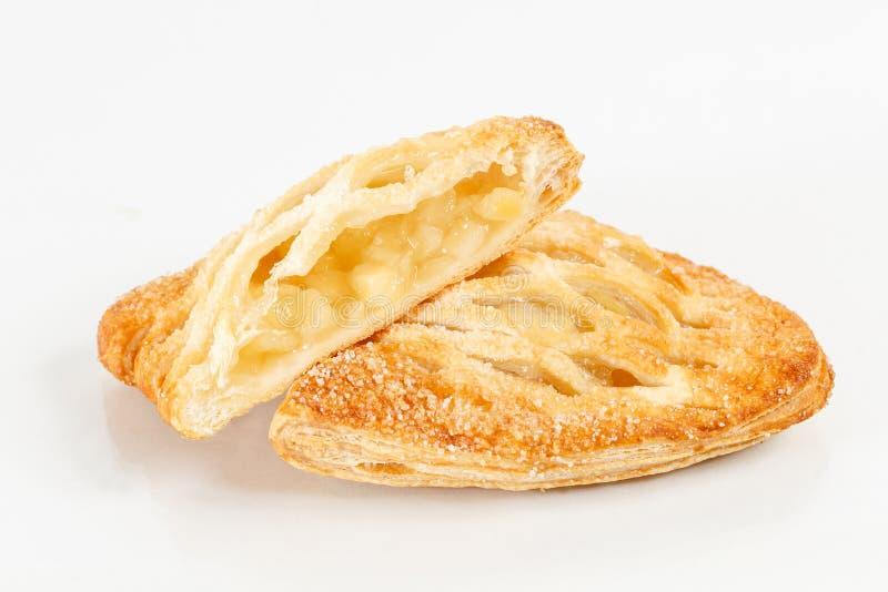 Smakelijk die bladerdeegdessert in de helft wordt gesneden Heerlijke gebakjes met fruitjam op lichte achtergrond bes, appelen, pe stock afbeelding