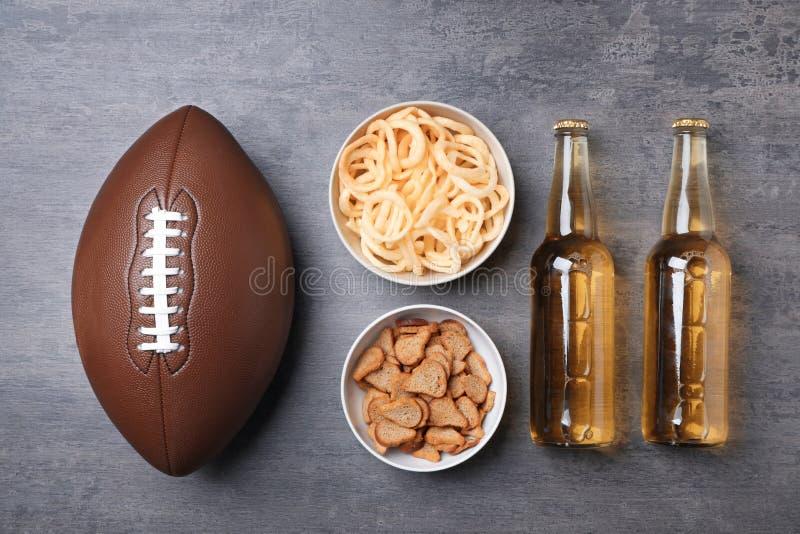 Smakelijk die snacks en bier op het letten van op Amerikaanse voetbal op lijst worden voorbereid stock fotografie