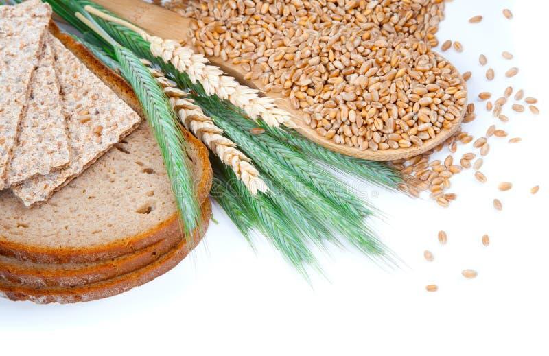 Smakelijk gebakken brood met oren en tarwekorrel stock afbeelding