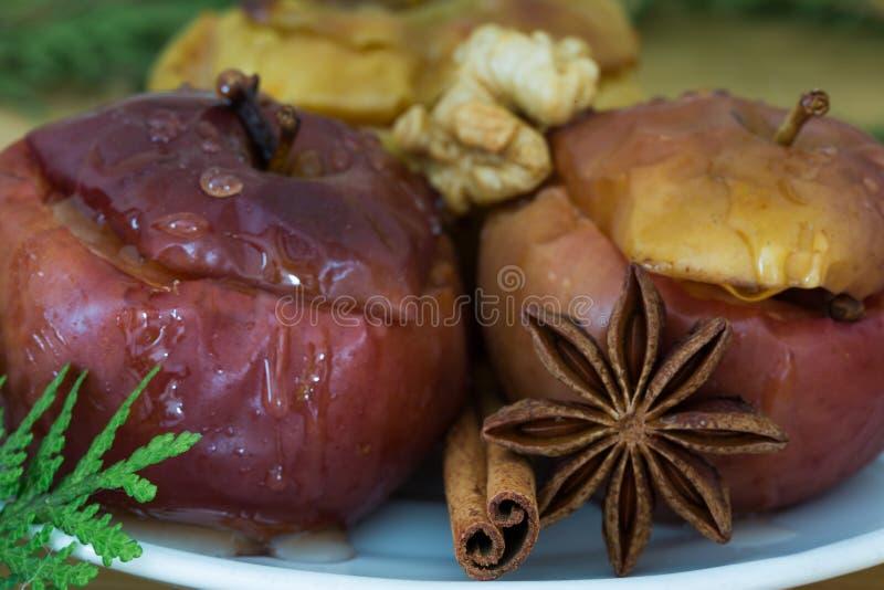 Smakelijk Kerstmisdessert Gebakken appelen met kaneel en anijsplant st royalty-vrije stock foto