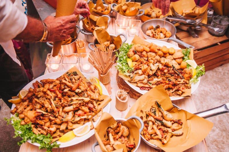 Smakelijk kleurrijk en heerlijk Italiaans buffet in restaurant stock foto