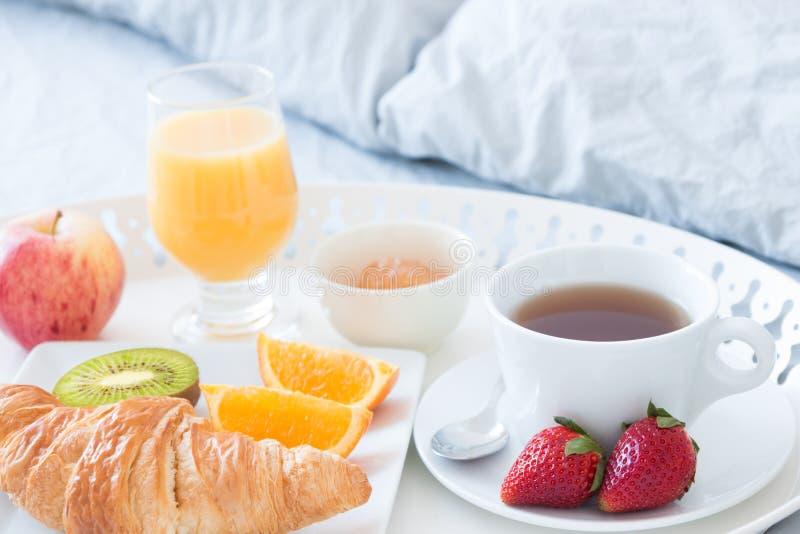 Smakelijk ontbijt in bed stock foto's