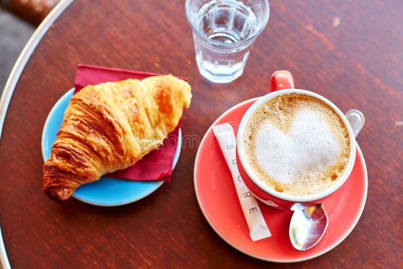 Smakelijk ontbijt in een Parijse straatkoffie stock afbeelding