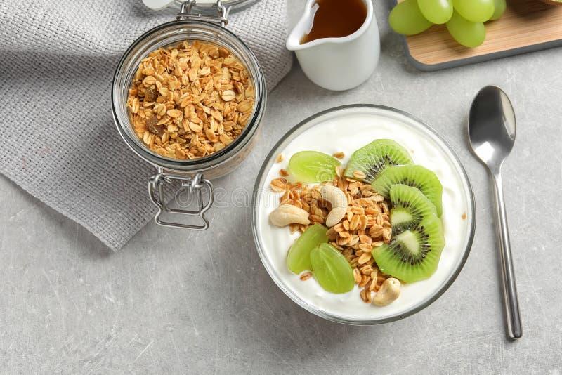 Smakelijk ontbijt met yoghurt, vruchten en granola stock foto