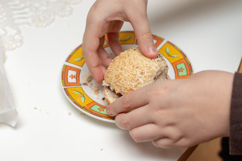 Smakelijk tarwebroodje op de keukenlijst Het voorbereiden van diner met fre stock afbeelding