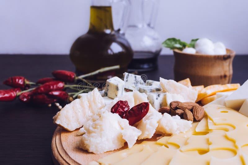 Smakelijk voorgerecht Plaat van kaas stock foto's