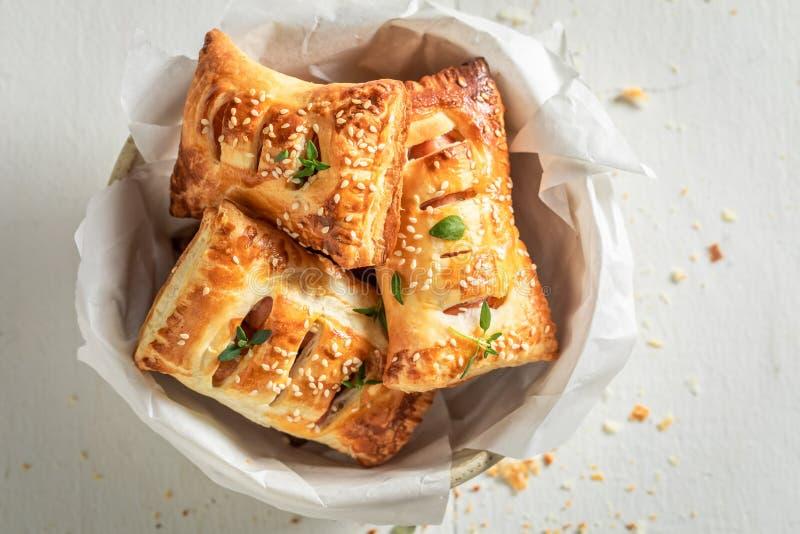 Smakelijk worstbroodje als snack voor ontbijt royalty-vrije stock foto