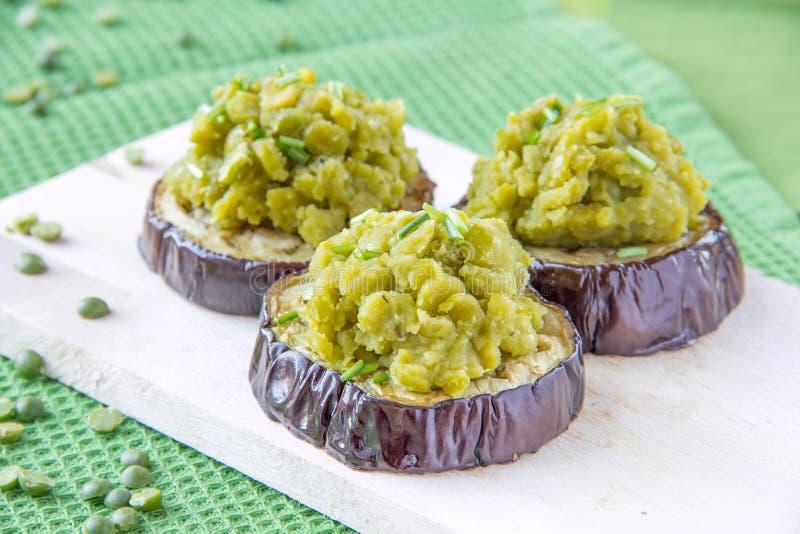 De pompoen van de erwt op aubergine royalty-vrije stock foto