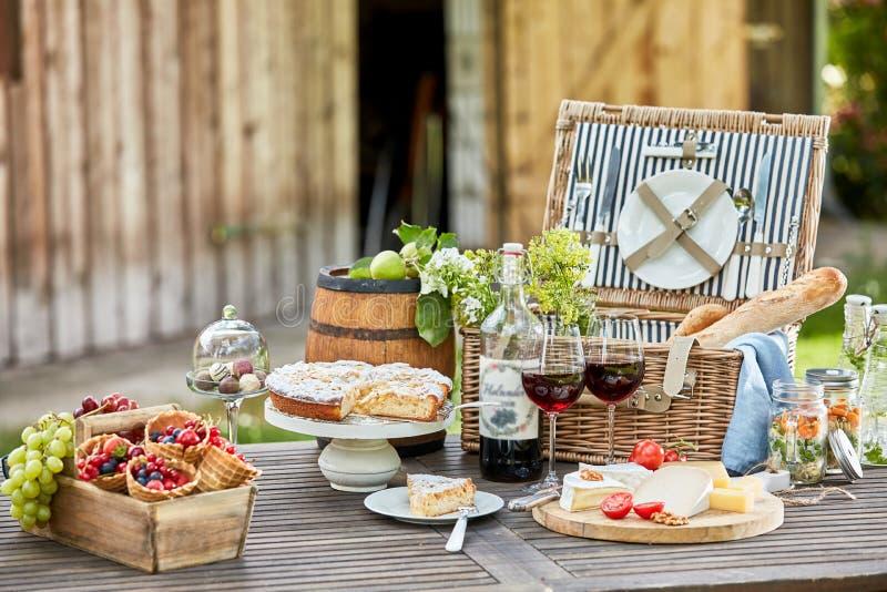 Smakelijke al van de de zomerpicknick fresko op een tuinlijst royalty-vrije stock foto