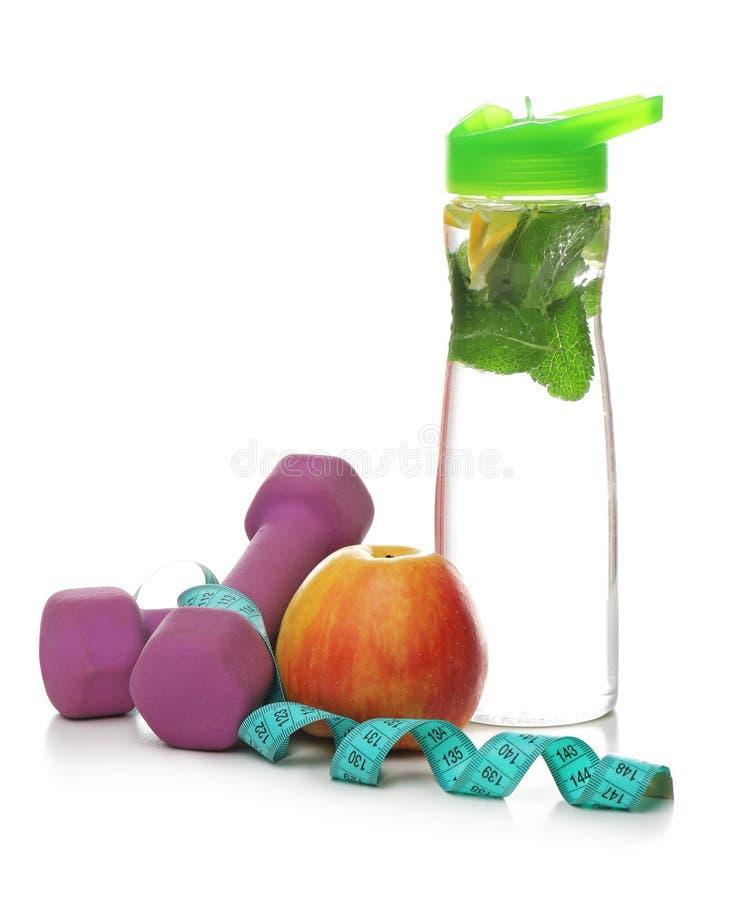 Smakelijke appel, die band, domoren en fles meten stock foto