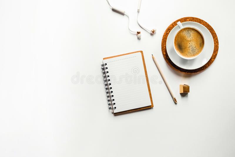 Smakelijke aromakoffie op wit bureau met document royalty-vrije stock foto's