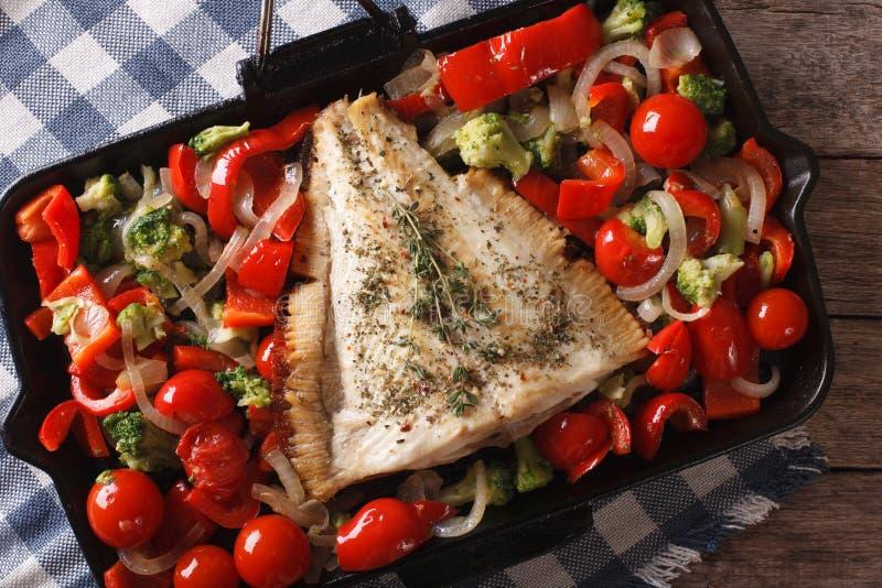 Smakelijke bot met groentenclose-up in een pan horizontale bovenkant stock foto