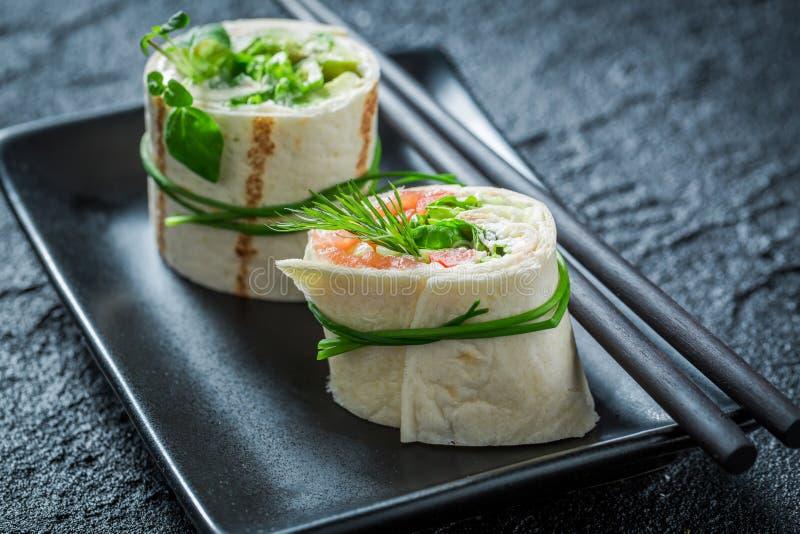 Smakelijke broodjes met zalm, kaas en groenten voor een brunch stock afbeelding