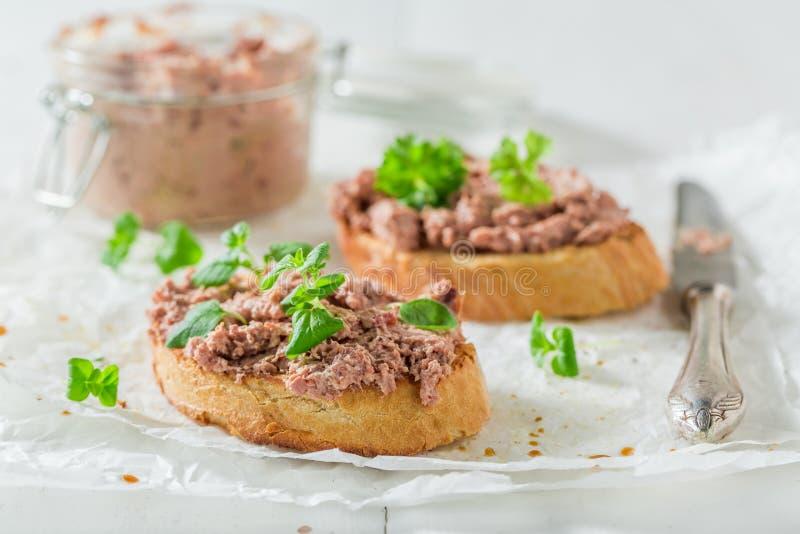 Smakelijke bruschetta met fegatini en kruiden voor een ontbijt stock fotografie