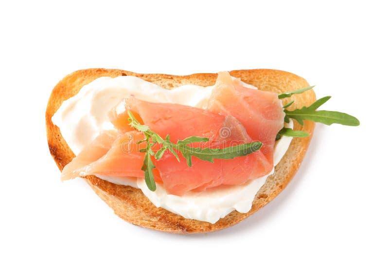 Smakelijke bruschetta met zalm en arugula, hoogste mening stock afbeelding