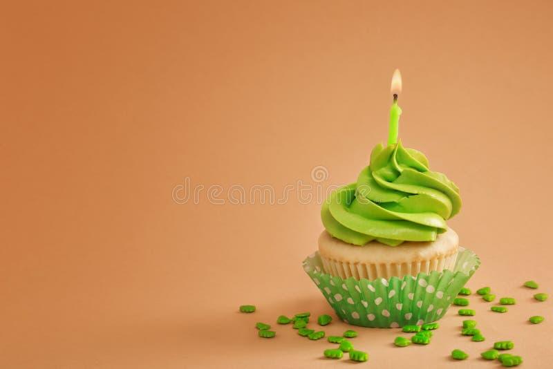 Smakelijke cupcake met kaars royalty-vrije stock foto