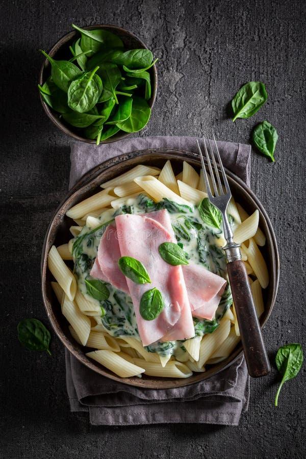 Smakelijke deegwaren met spinazie, ham en bechamel saus royalty-vrije stock fotografie