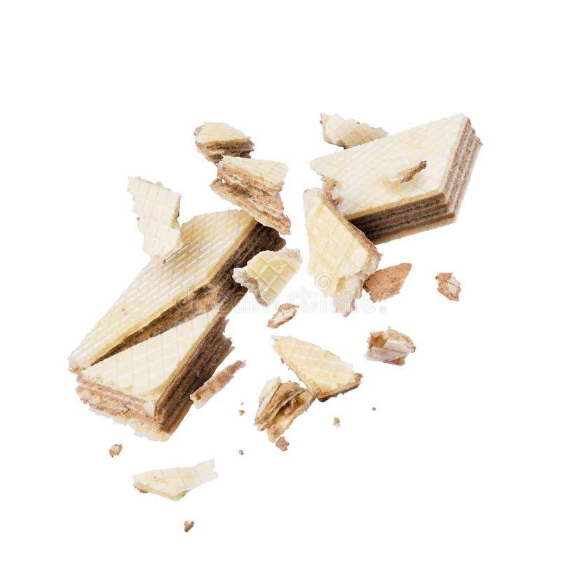Smakelijke die chocoladewafel in stukken in de lucht op een wit wordt verpletterd royalty-vrije stock afbeelding