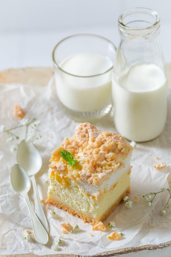 Smakelijke die kaastaart van perzik en kruimeltaart wordt gemaakt stock afbeeldingen