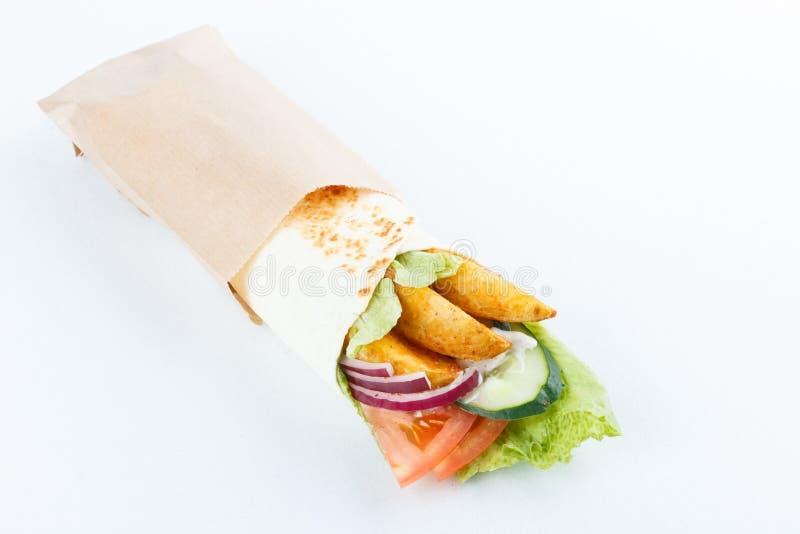 Smakelijke die lavashbroodjes met aardappel en groenten, op wit wordt geïsoleerd Menufoto stock foto
