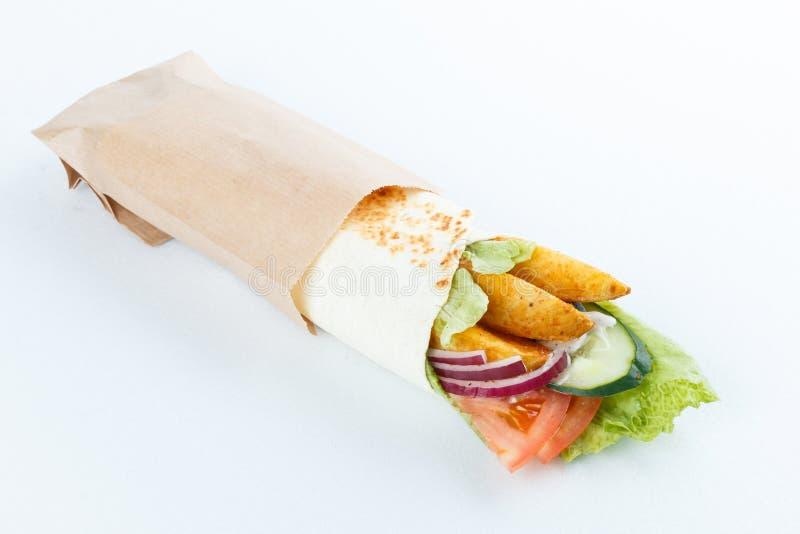Smakelijke die lavashbroodjes met aardappel en groenten, op wit wordt geïsoleerd Menufoto royalty-vrije stock fotografie