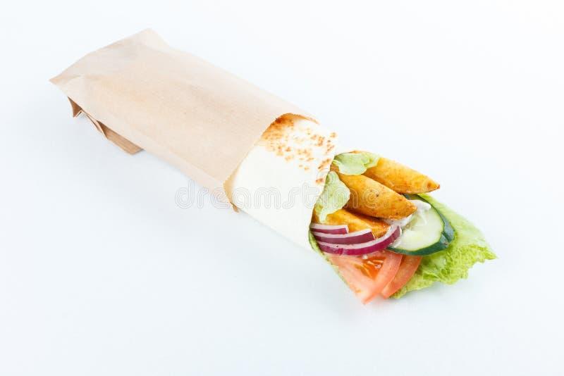 Smakelijke die lavashbroodjes met aardappel en groenten, op wit wordt geïsoleerd Menufoto stock fotografie