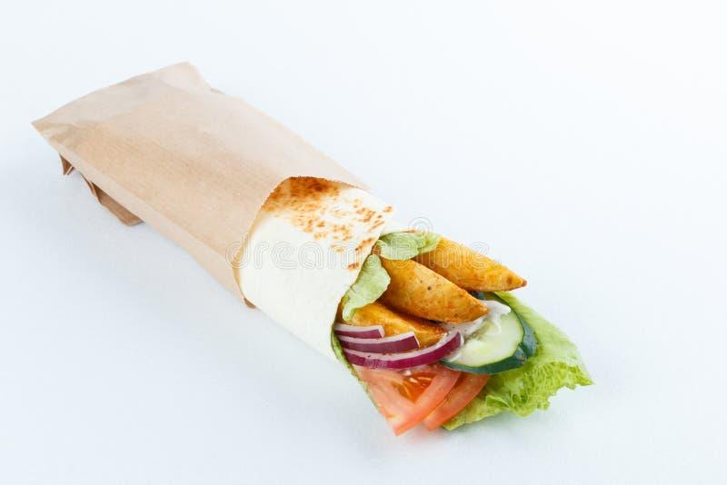 Smakelijke die lavashbroodjes met aardappel en groenten, op wit wordt geïsoleerd Menufoto royalty-vrije stock foto's