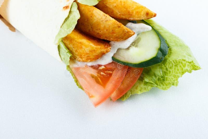 Smakelijke die lavashbroodjes met aardappel en groenten, op wit wordt geïsoleerd Menufoto royalty-vrije stock foto