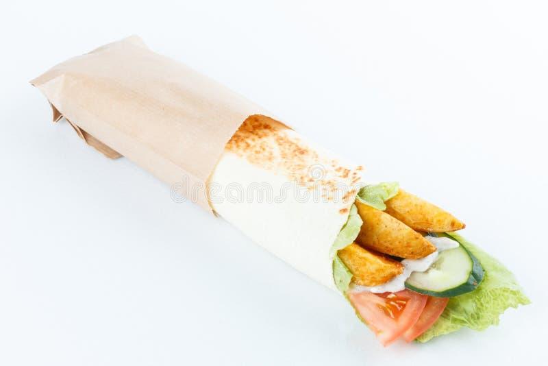 Smakelijke die lavashbroodjes met aardappel en groenten, op wit wordt geïsoleerd Menufoto stock afbeeldingen