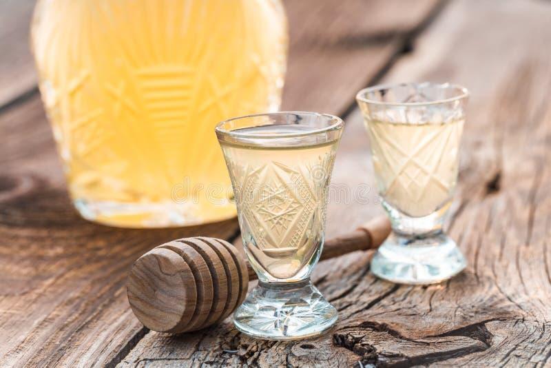 Smakelijke die likeur van honing in de zomer wordt gemaakt stock foto's