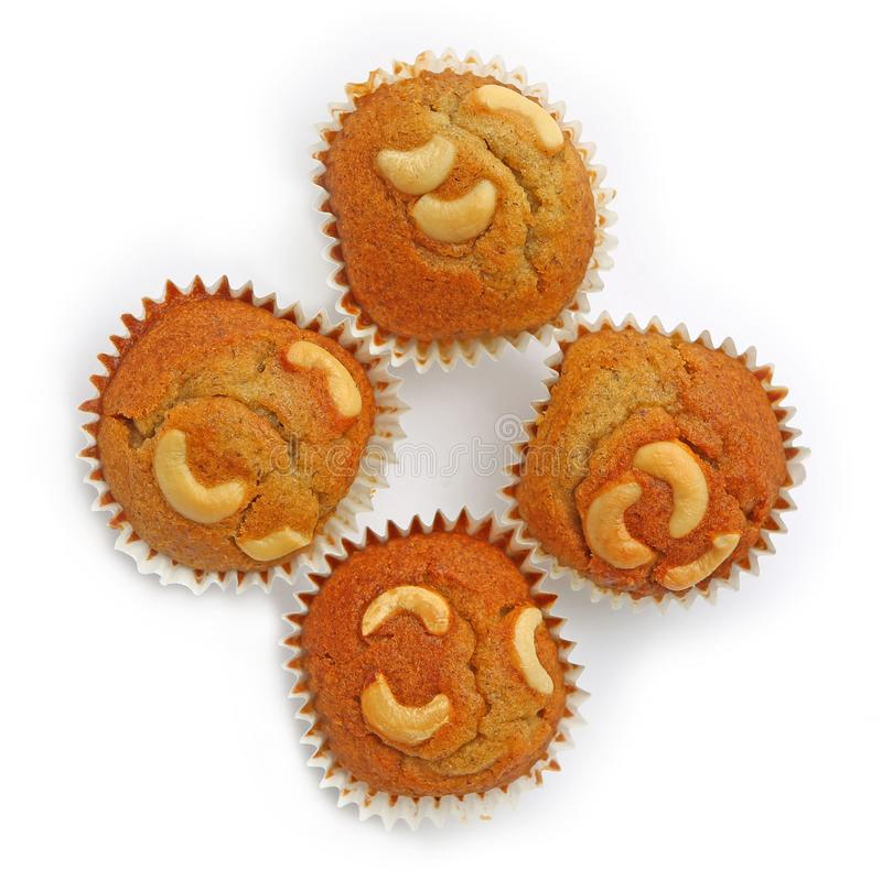 Smakelijke die muffins met cashewnoot op witte achtergrond wordt geïsoleerd royalty-vrije stock fotografie