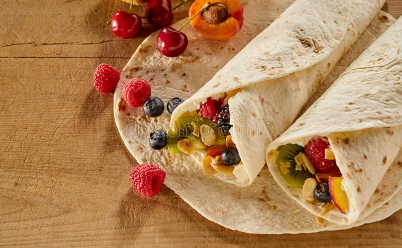 Smakelijke die omslagen met fruit, room en noten worden gevuld stock foto's