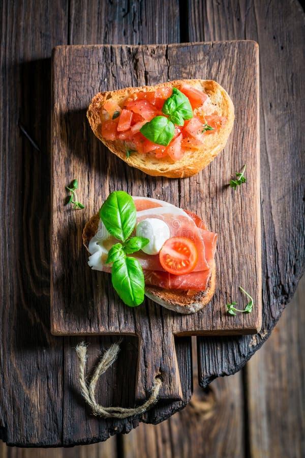 Smakelijke diverse bruschetta met verse ingrediënten voor ontbijt royalty-vrije stock foto's