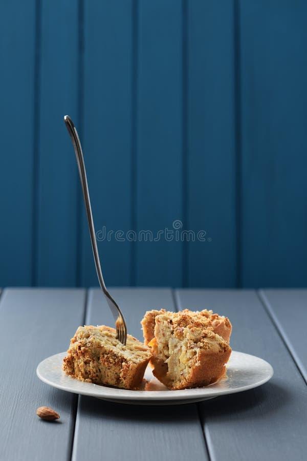 Smakelijke eigengemaakte amandelcake met geplakte vork stock afbeeldingen