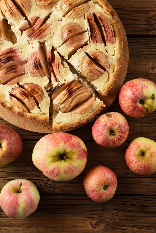 Smakelijke eigengemaakte appel scherp met het rijke room gediend vullen met of stock afbeeldingen