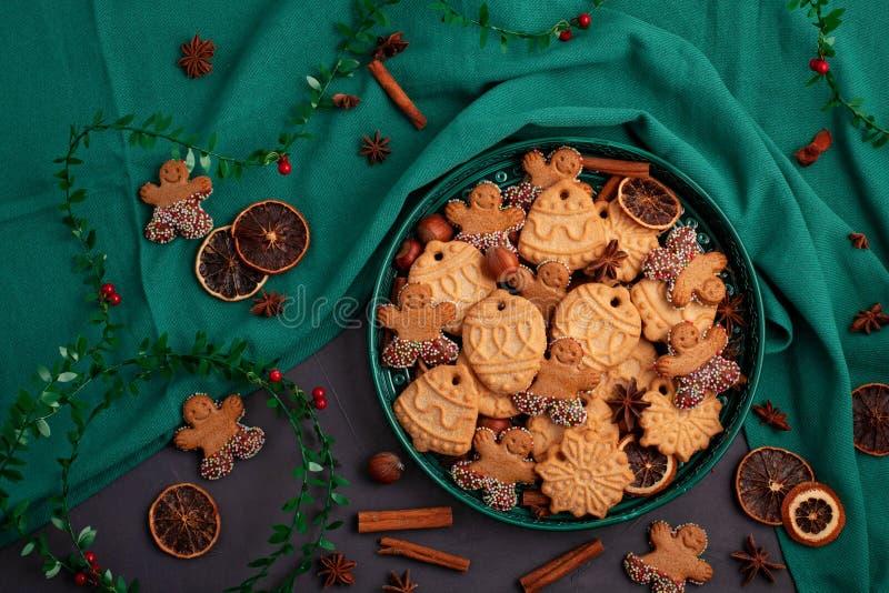 Smakelijke eigengemaakte Kerstmiskoekjes in de groene plaat royalty-vrije stock foto