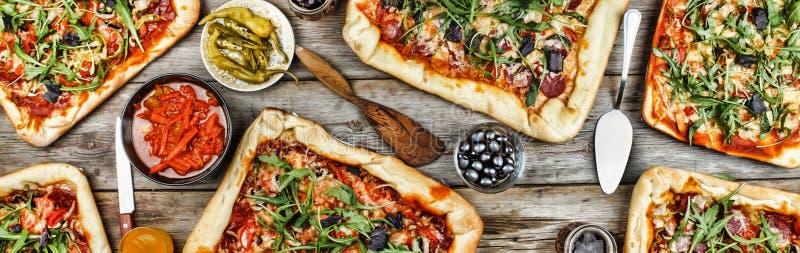 Smakelijke eigengemaakte pizza op een houten lijst Vriendschappelijk feest thuis royalty-vrije stock foto's