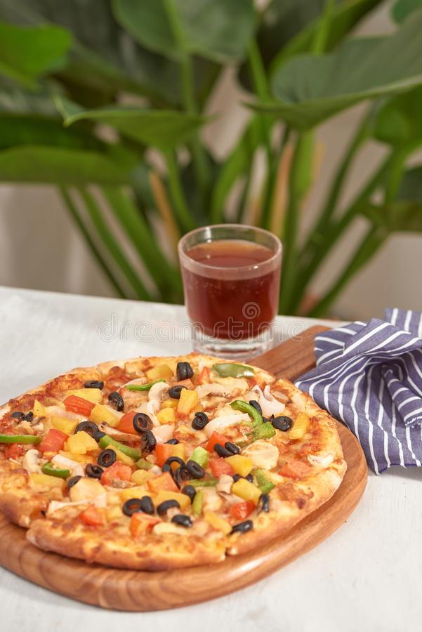 Smakelijke eigengemaakte pizza op een witte achtergrond stock foto's