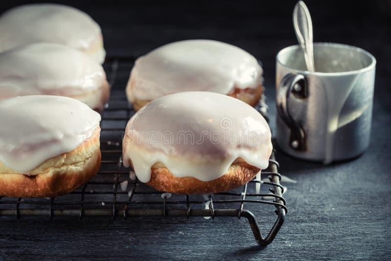 Smakelijke en eigengemaakte heet en vers gebakken donuts royalty-vrije stock afbeelding