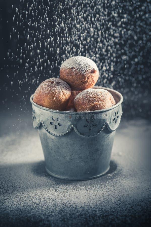 Smakelijke en eigengemaakte mini heet en vers gebakken doughnuts stock afbeelding