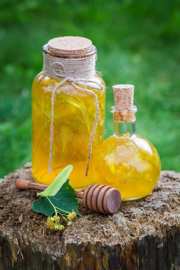 Smakelijke en zoete likeur met alcohol, honing en linde stock fotografie