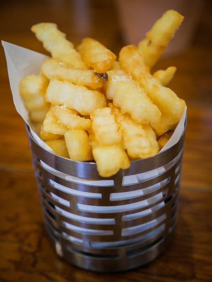 Smakelijke frieten in kleine emmer royalty-vrije stock foto's