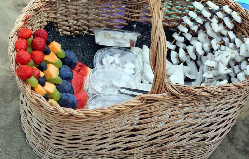 Smakelijke fruitvleespennen met kokosnoot en andere vruchten voor verkoop op Th royalty-vrije stock foto's