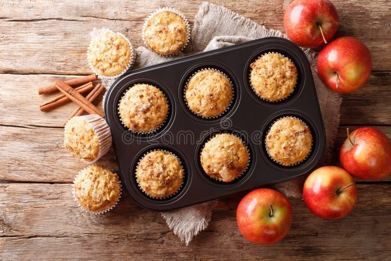 Smakelijke gebakken appelmuffins met kaneelclose-up in een dienblad horizontale hoogste mening stock foto