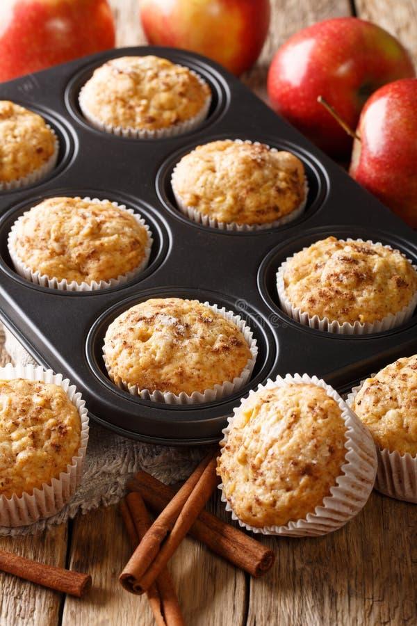 Smakelijke gebakken appelmuffins met kaneelclose-up in een dienblad verticaal stock afbeelding