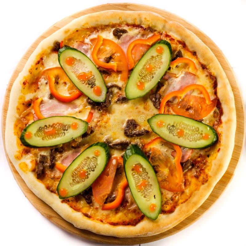 Smakelijke gebakken pizza stock afbeelding