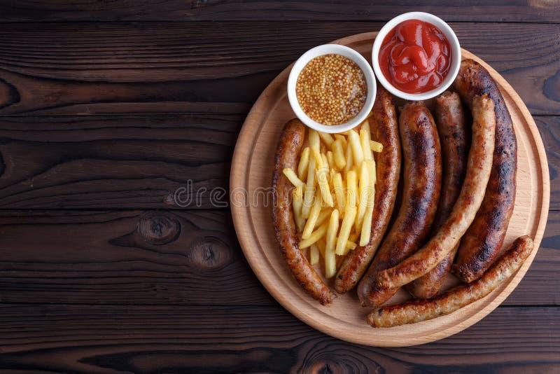 Smakelijke geplaatste biersnacks Geroosterd worsten en frietense stock foto's