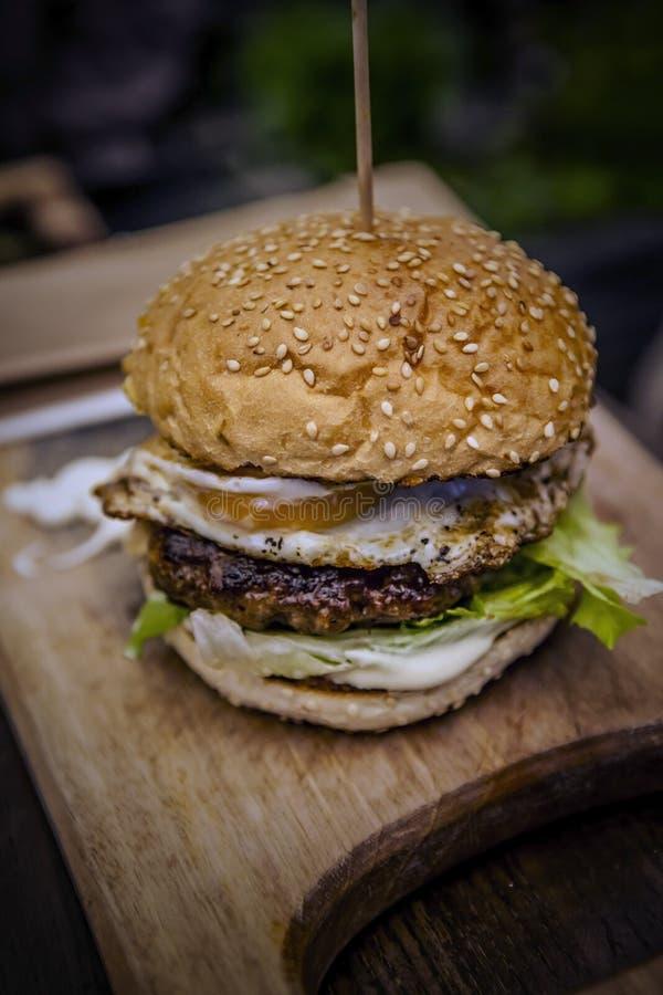 Smakelijke geroosterde garnaal en rundvleeshamburger stock afbeeldingen