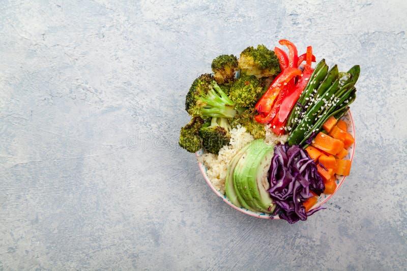 Smakelijke gezonde kom voor lunch met kouskous, gebakken broccoli en wortelen royalty-vrije stock foto